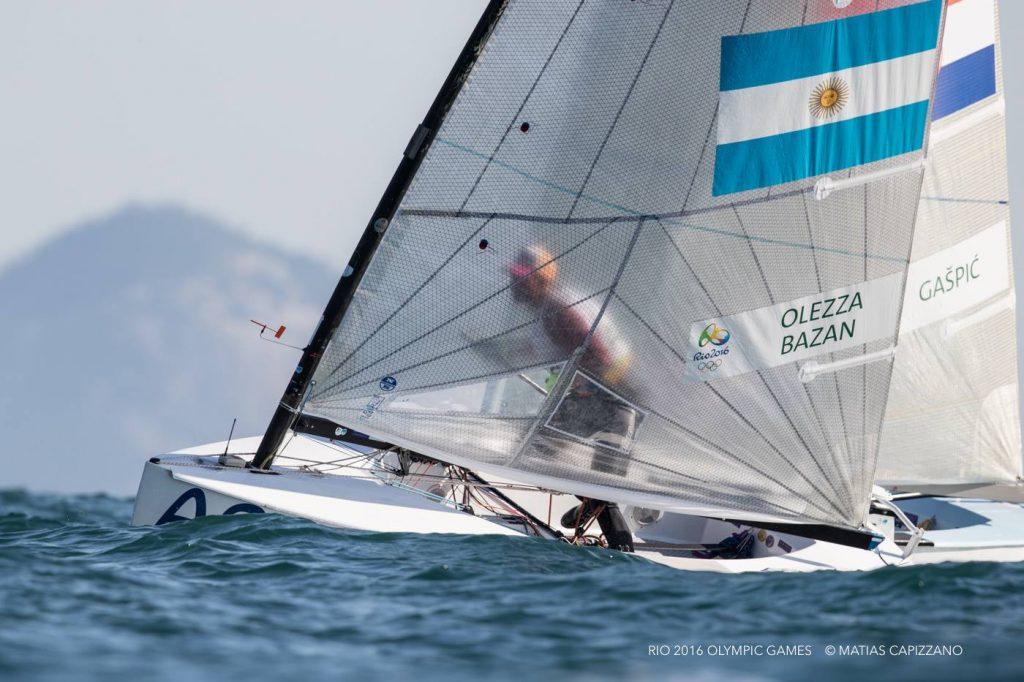Facundo Olezza vira sotto al croato Ivan Gaspic. Foto Matias Capizzano