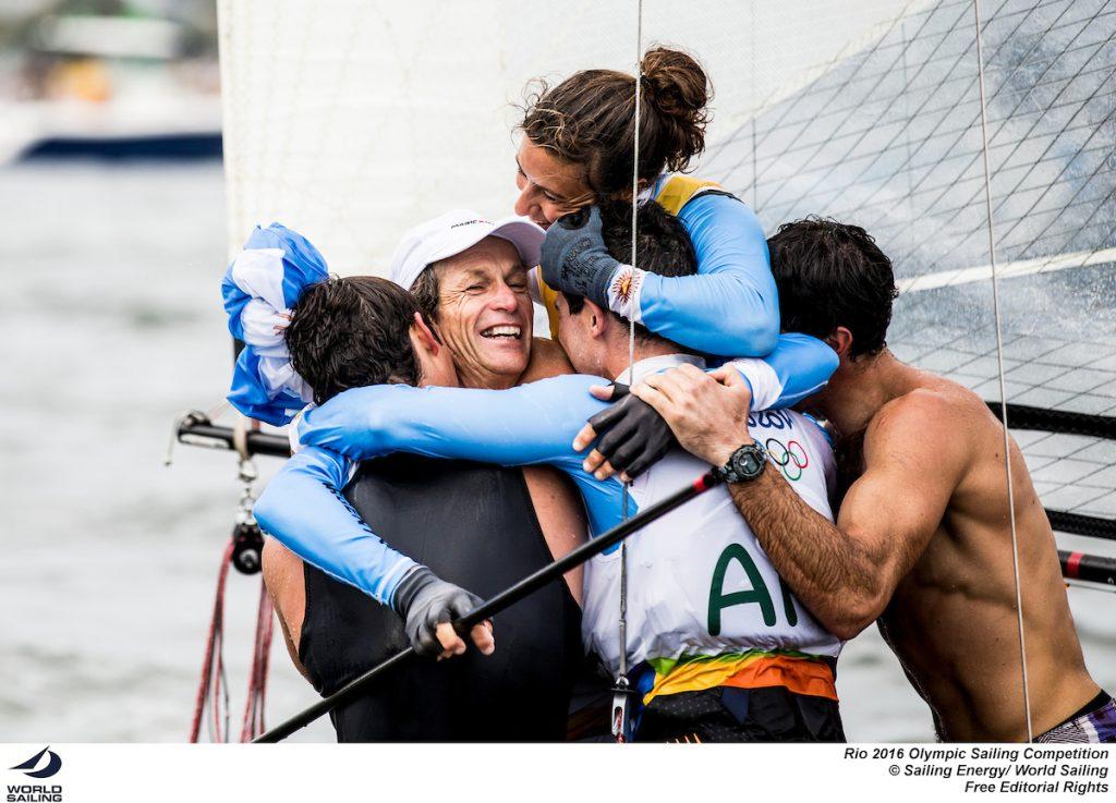 Santiago Lange festeggia con la prodiera Cecilia Carranza e con i figli Yago e Klaus, che a Rio regatano in 49er sempre per l'Argentina. Foto Sailing Energy