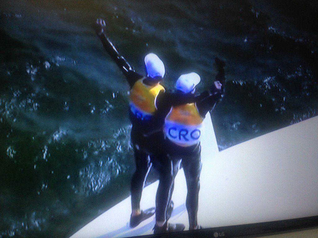 Fantela e Marenic sul loro 470 campione olimpico scuffiato subito dopo l'arrivo