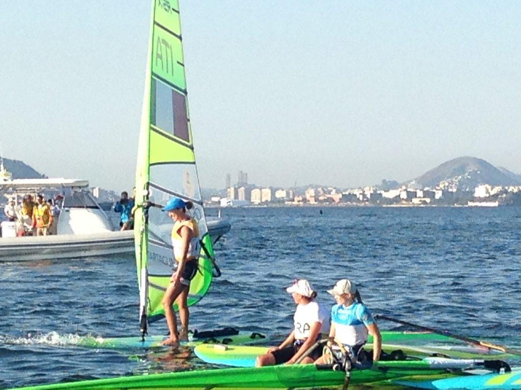 Flavia Tartaglini taglia l'arrivo e va a salutare la campionessa olimpica