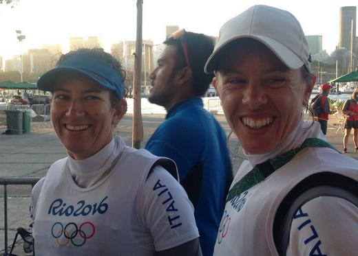Giulia Conti e Francesca Clapcich sorridono in mixed zone