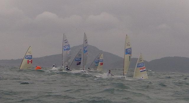 Giro di boa nella seconda prova di giornata, con Giorgio Poggi a centro flotta ma primo del gruppetto nella foto. Foto Tognozzi