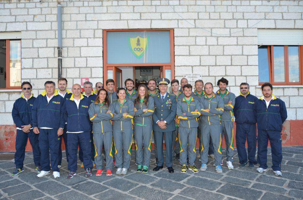 Il comandante Di Capua con gli atleti delle Fiamme Gialle. Foto Di Fazio