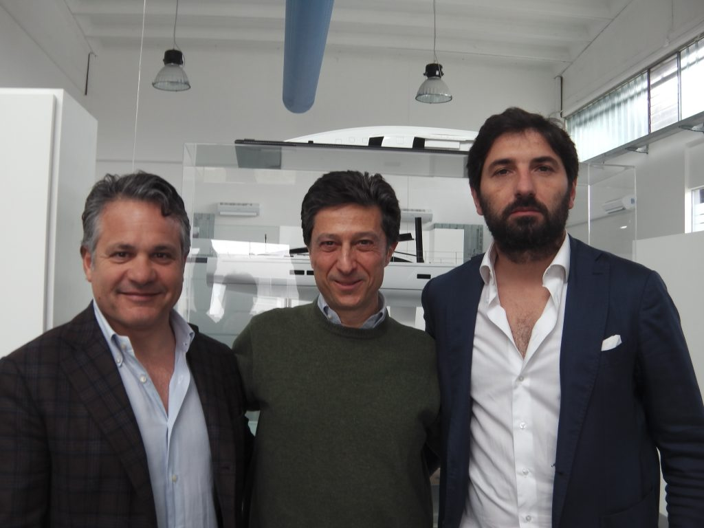Da sinistra: Alberto Simeone (responsabile Design Team), Mario Sassi (Marketing) e Mauro Montefusco (Production Team Manager), i tre soci fondatori di Mylius Yachts nel cantiere di Podenzano. Foto Tognozzi